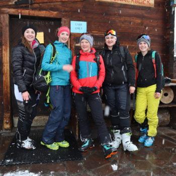 Schülerinnen stehen vor der Hütte und freuen sich über ihren Erfolg