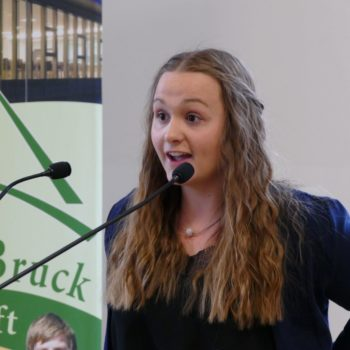 motivierte Schülerin beim Reden