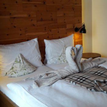 schön gestaltete Betten im Hotel Sonnbergof