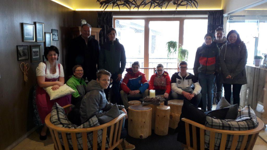 Gruppenfoto der Exkursionsgruppe mit den Besitzern