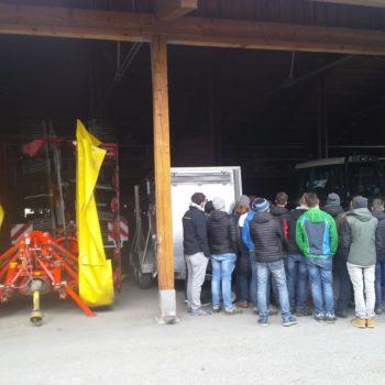 Schüler besichtigen Maschinen