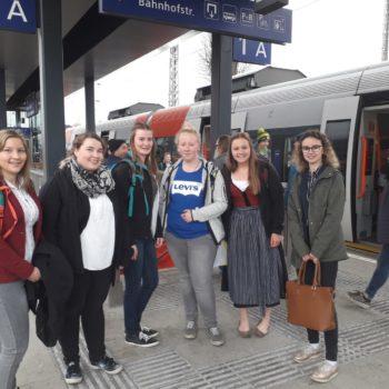 Schülerinnen am Bahnhof