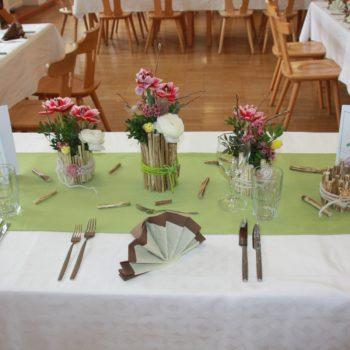 österlich gedeckter Tisch