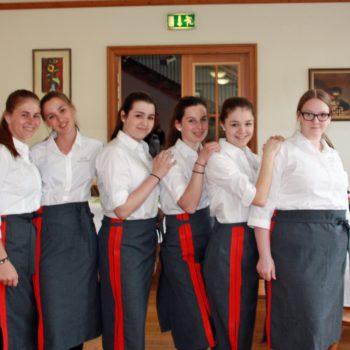 Schülerinnen in Servierkleidung