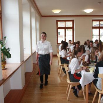 Schülerinnen beim Servieren