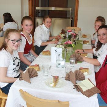 Schülerinnen lassen sich das selbstgemachte Essen schmecken