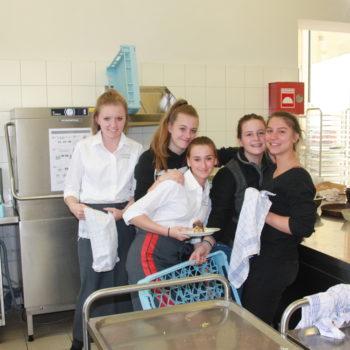 Schülerinnen beim Geschirr abwaschen