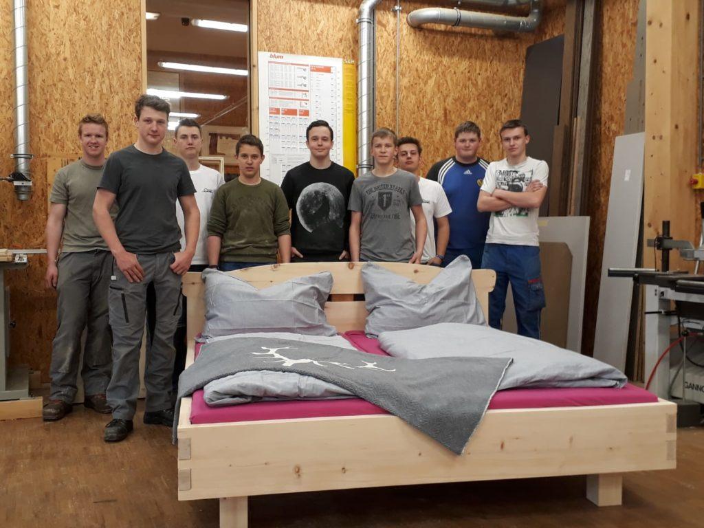 selbstgemachtes Bett und Schüler