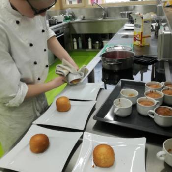 Schüler beim Teller anrichten