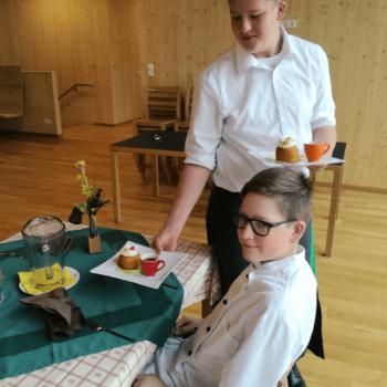 Schüler serviert