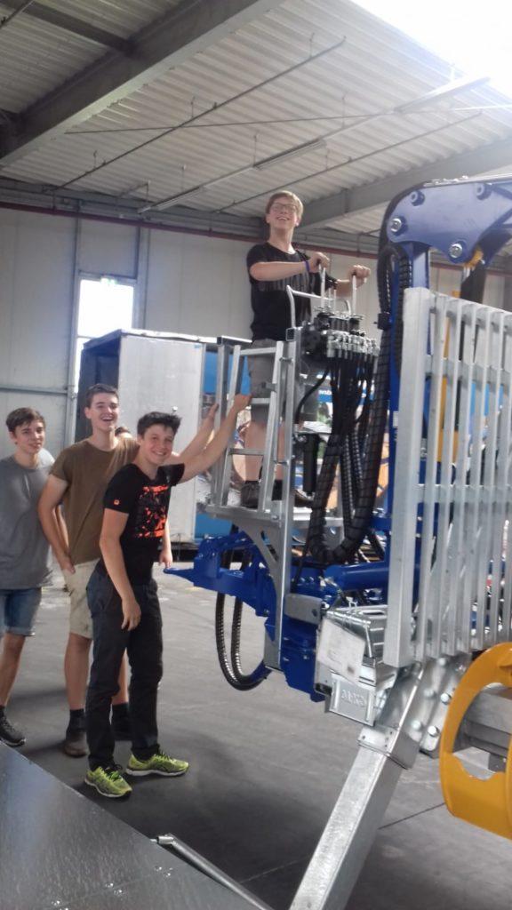 Schüler besichtigen Maschine