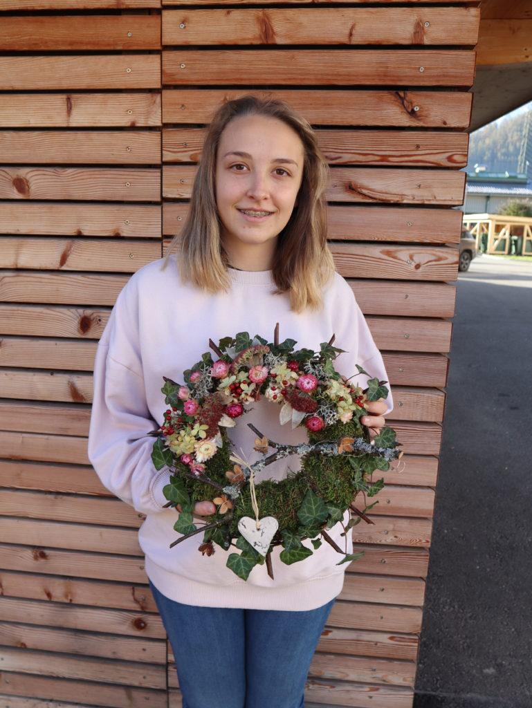 Schülerin präsentiert ihren fertigen Türkranz