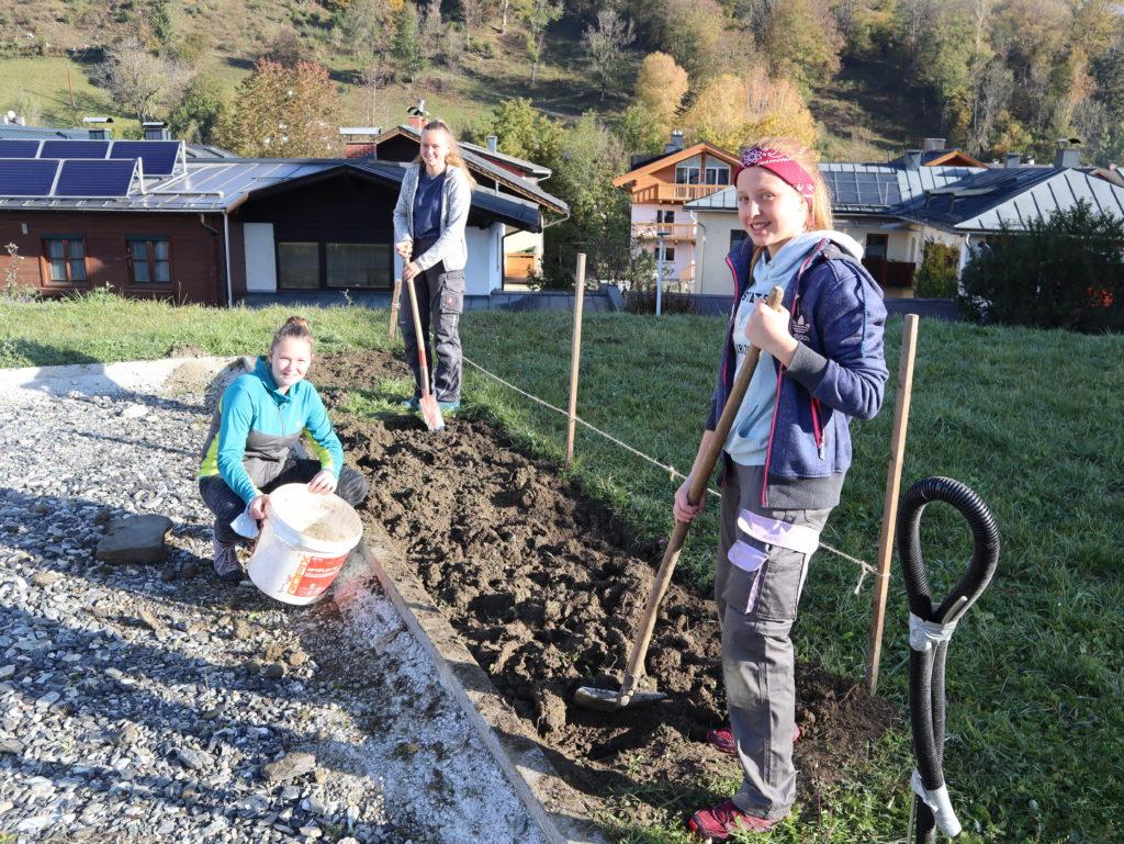 Schülerinnen bei der Gartenarbeit